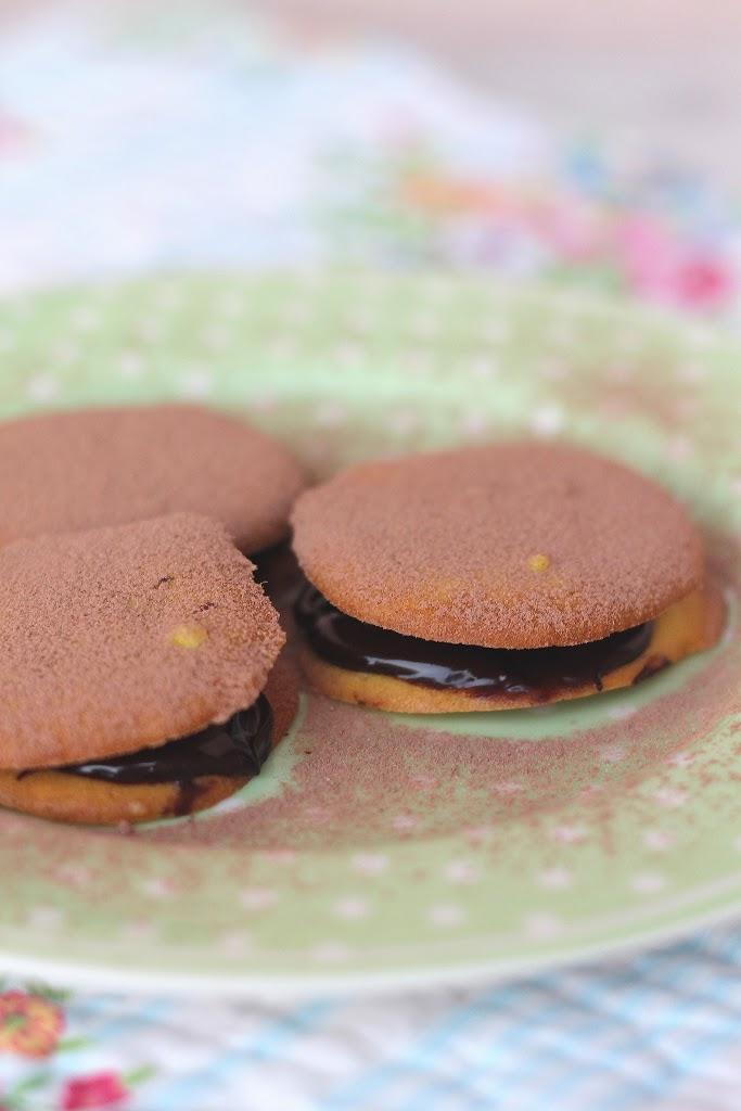 Dischi ripieni di ganache al cioccolato fondente e amarene