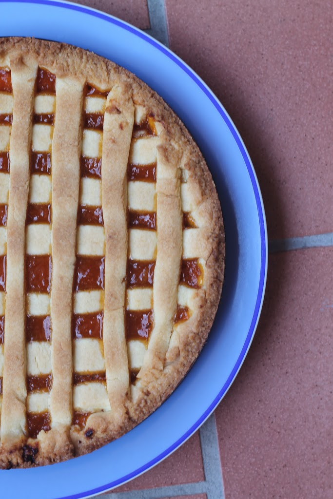 Crostata ripiena di confettura di albicocche e scaglie di mandorle pralinate al limone