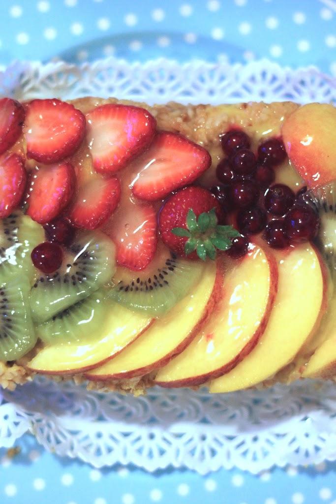 Torta alla frutta, con crema pasticcera e granella di nocciole