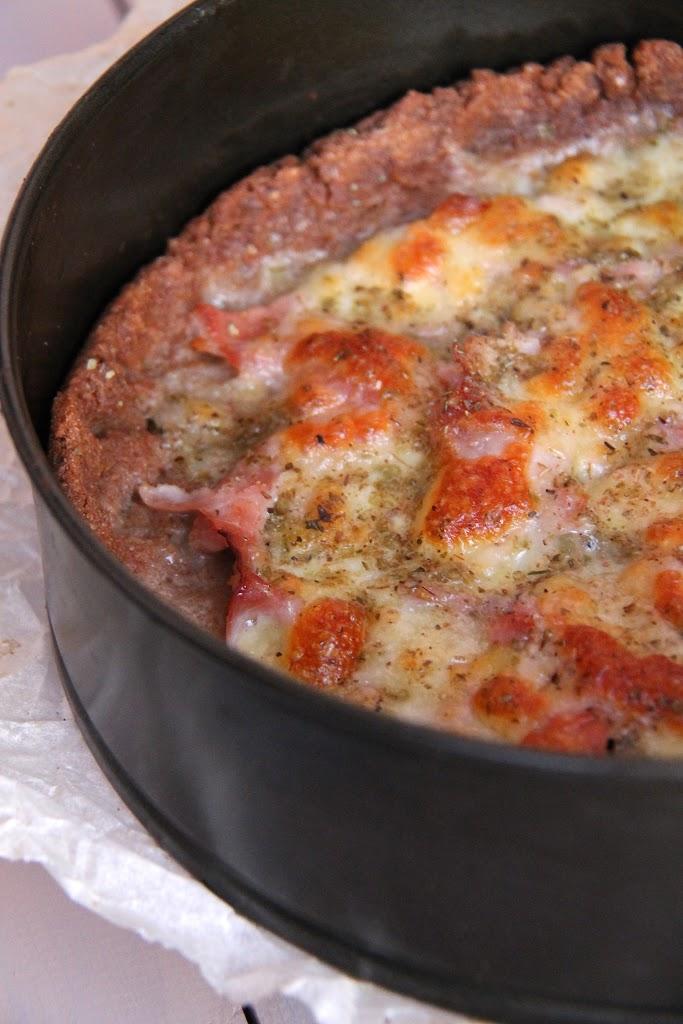 Pizza di crusca con fesa di tacchino e formaggio light