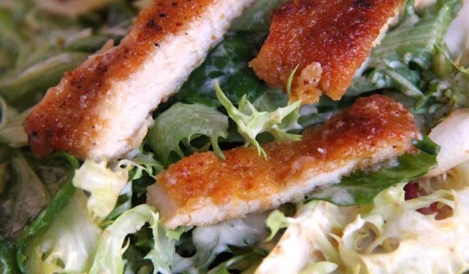 Insalata fantasia con tzatziki e bocconcini di cotoletta di pollo