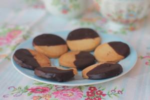 Biscotti inglesi al burro ricoperti di cioccolato