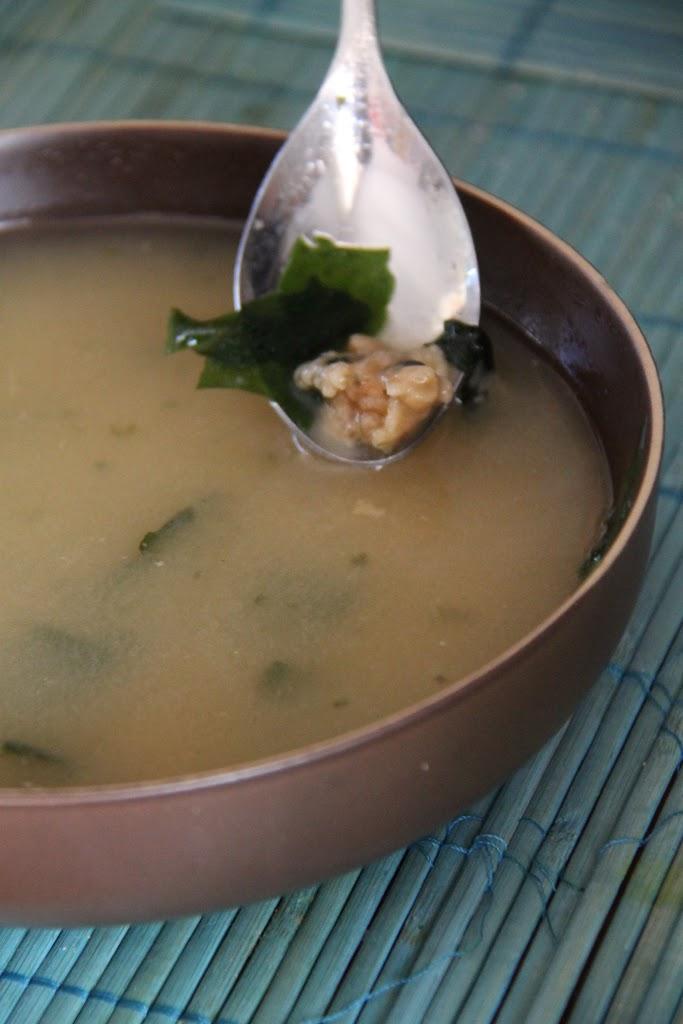 Zuppa di Miso con gamberi, merluzzo, alghe e tofu