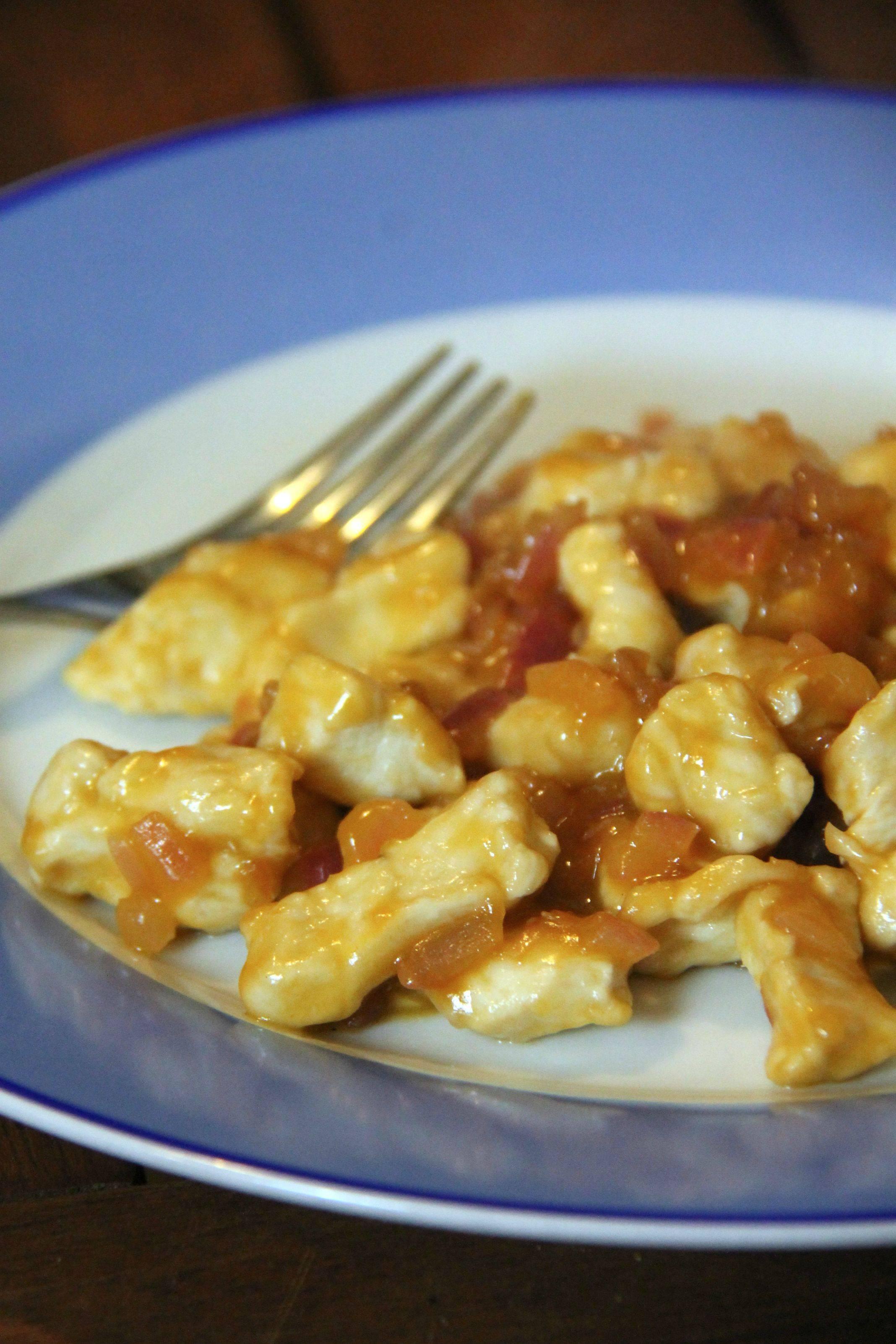 Bocconcini di pollo con cipolle e salsa rossa al Rum