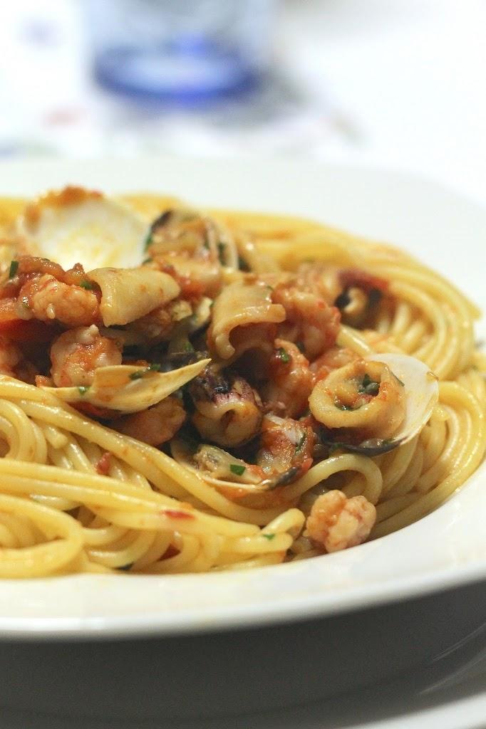 Spaghetti con peperoni, pomodorini e frutti di mare su glassa di balsamico