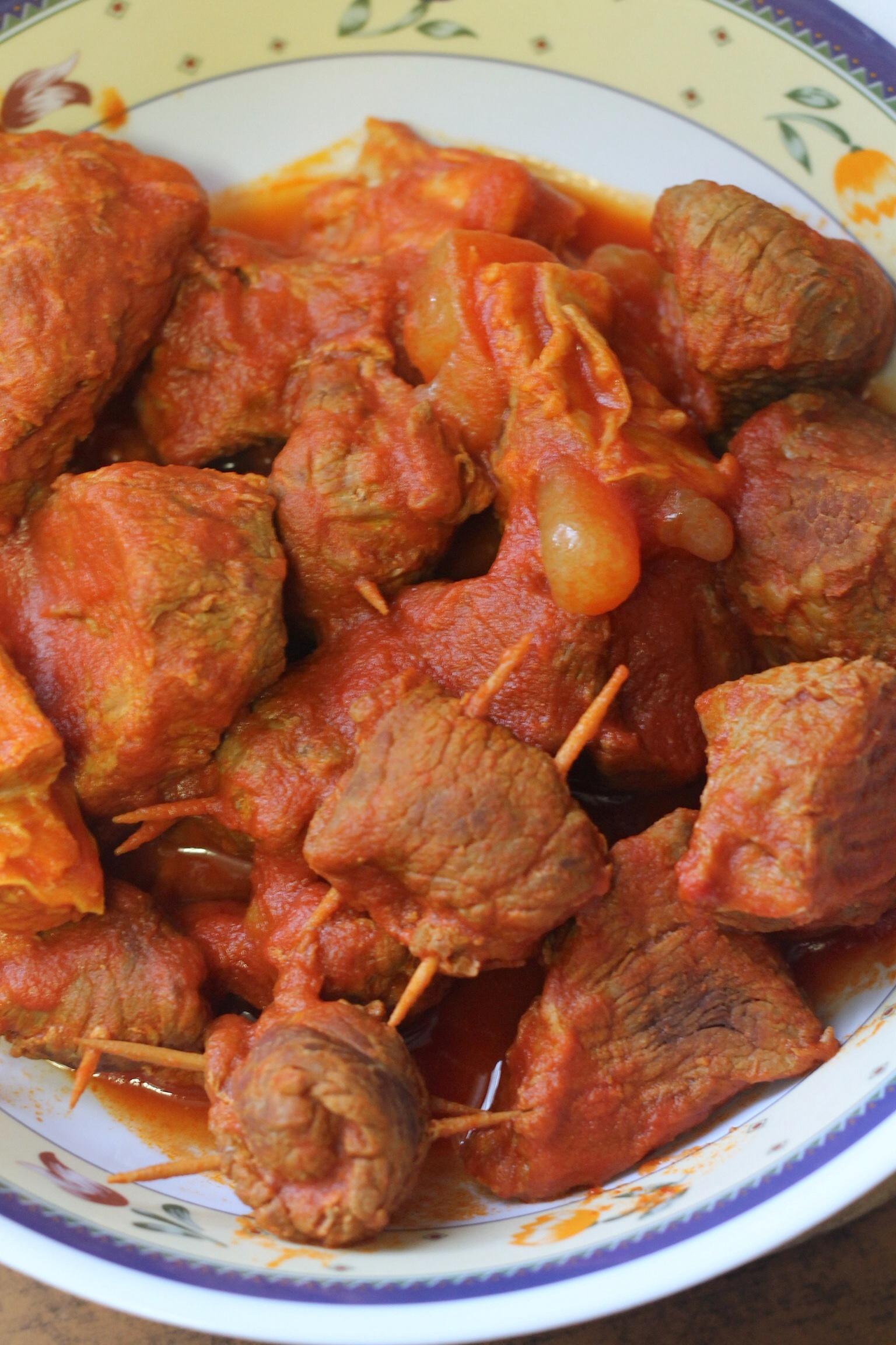 Involtini di carne al sugo o Brasciole, ricetta pugliese