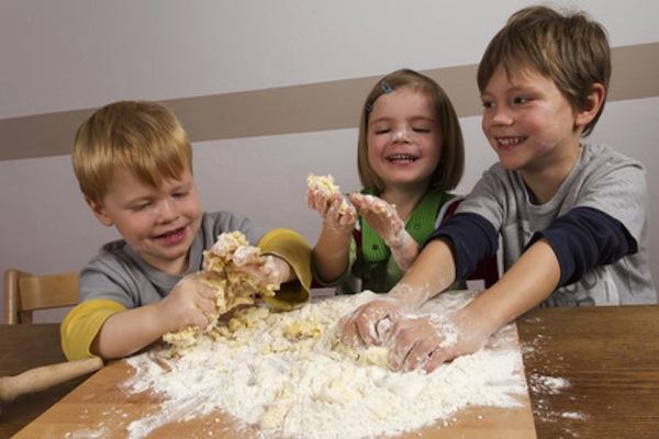 Fate giocare i bambini con il cibo