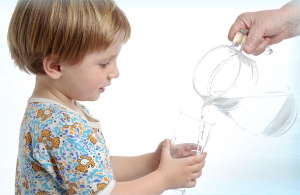 Bambini, bere tanta acqua fa bene