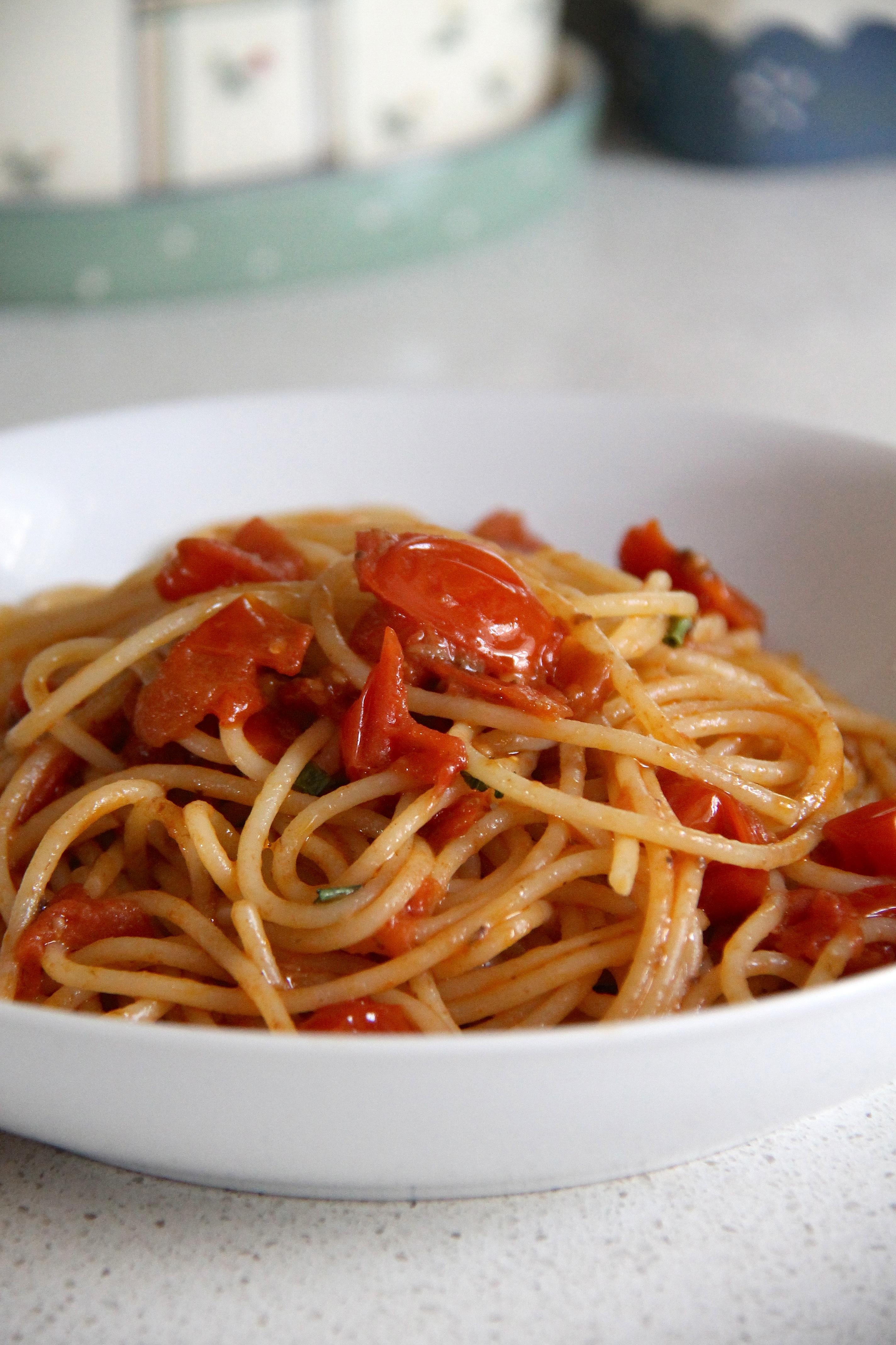 Spaghetti con i pomodorini scattarisciati (o scattati)