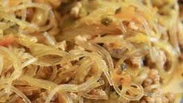 Spaghetti di soia con maiale e verdure