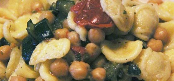 Orecchiette con ceci, zucchine, pomodorini e lardo di colonnata
