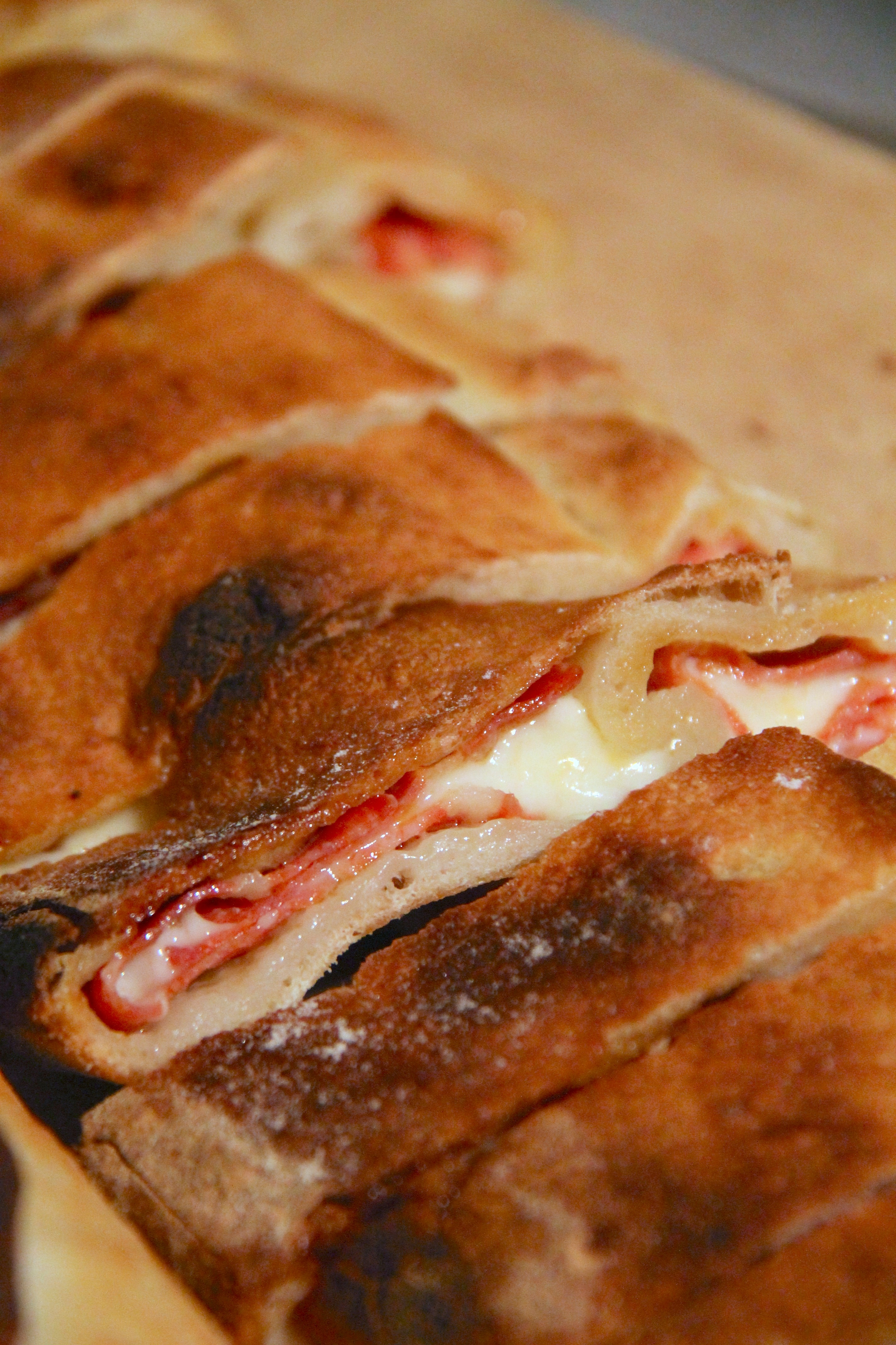 Rotolo di pizza con salame e scamorza