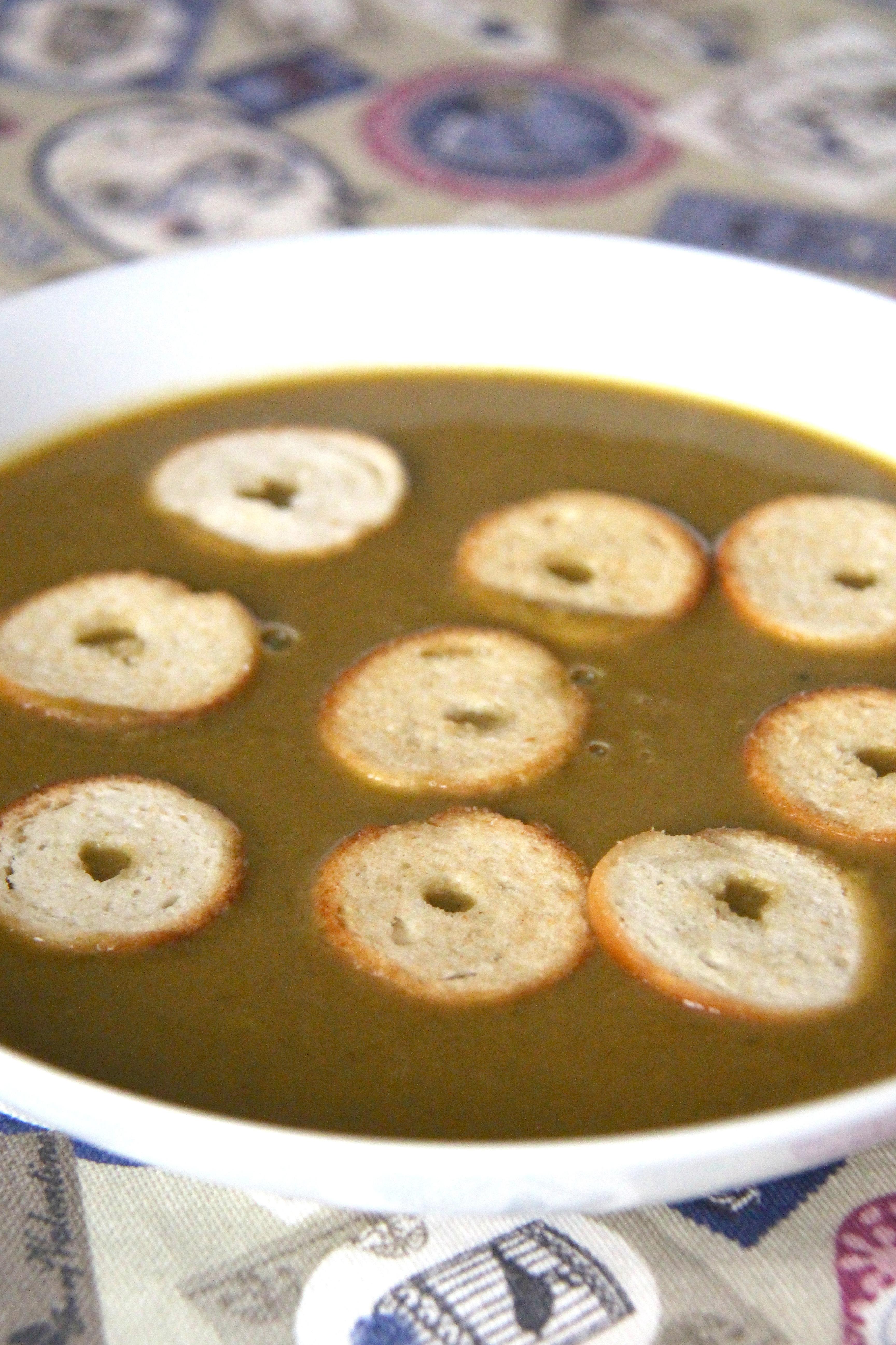 Vellutata di verdure e nocciole con crostini e cipolle croccanti