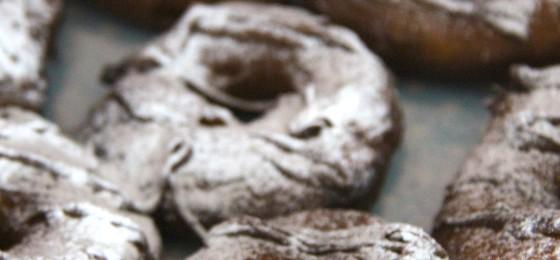 Ciambelline con crema di nocciole e zucchero a velo