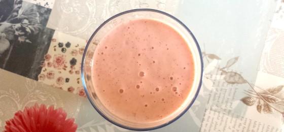 Frullato ai frutti rossi, banana e yogurt greco