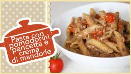 Pasta con pomodorini, pancetta e crema di mandorle