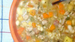 Zuppa di legumi e verdure con carne