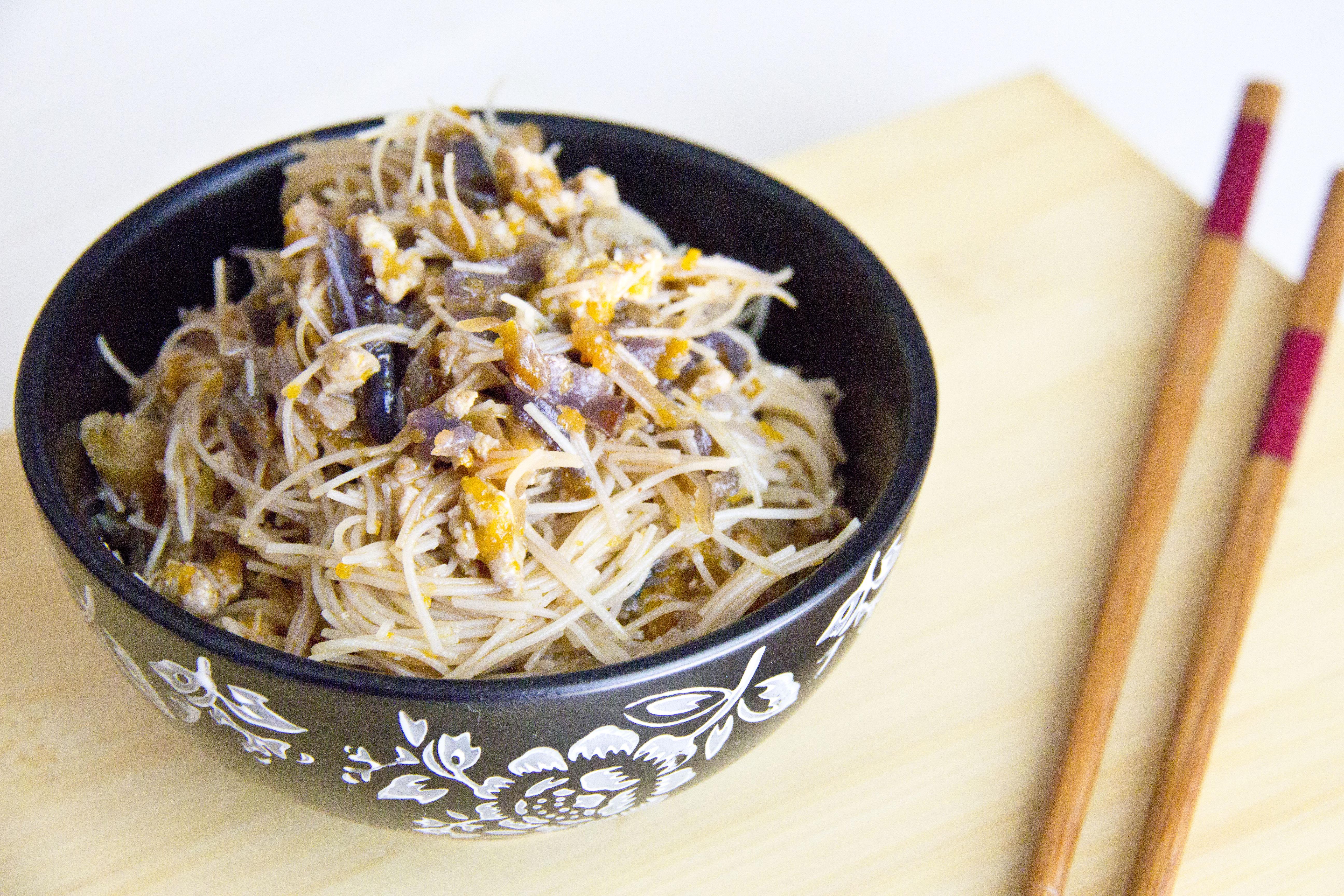 SPAGHETTI DI RISO CON POLLO E VERDURE | ricetta orientale facile