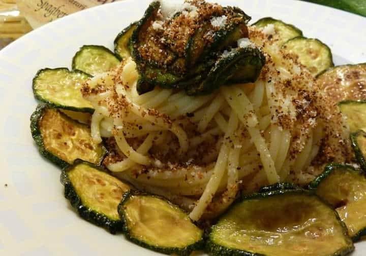 Pasta con le zucchine fritte, primo piatto siciliano