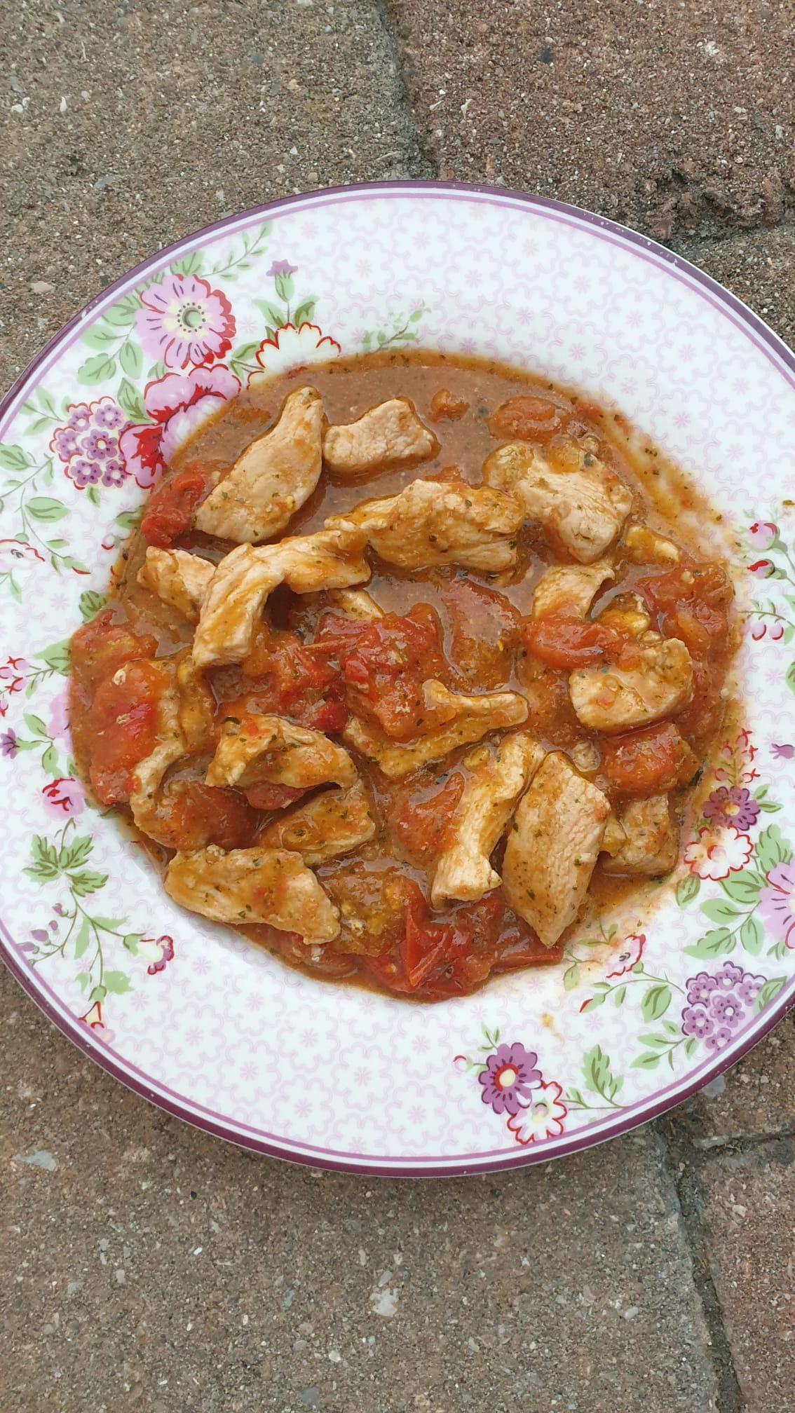 Straccetti di pollo con crema di pesto e pomodorini