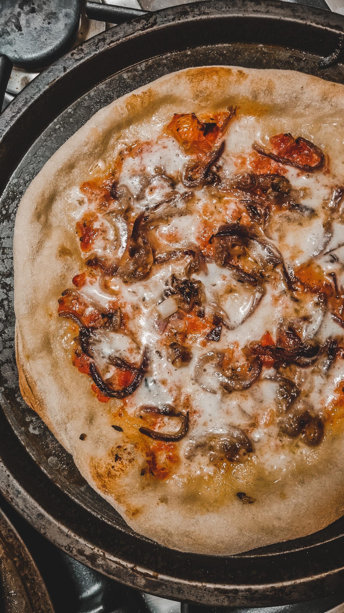 PIZZA 12 ORE con cipolla caramellata, acciughe e hemmental